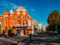 Центр города украшают дореволюционные дома из красного кирпича