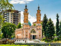 Суннитская мечеть на берегу Терека в центре города была построена в начале XX века