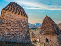 Древние склепы — традиционный способ захоронения умерших в условиях горной местности
